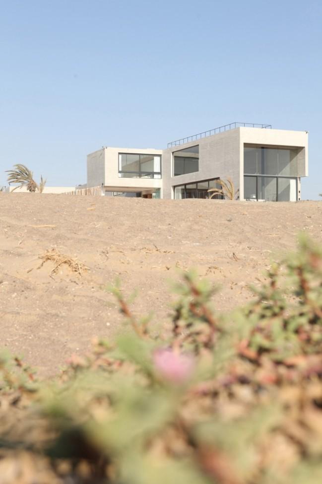 5108a447b3fc4b276d0001b0_paracas-house-rrmr-arquitectos_casa_paracas_-_arq-roberto_riofrio_arq-micaela_rodrigo_-_fotografo_javier_larrea_-_008-666x1000