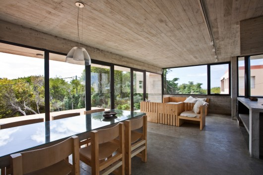 529d32a4e8e44e553d000039_house-on-the-beach-bak-architects_00265338-530x353
