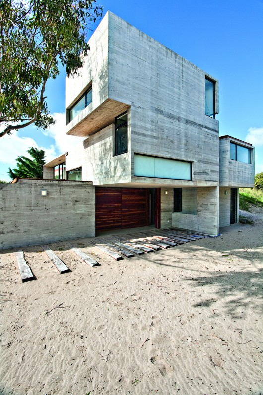 529d344ae8e44e553d00003d_house-on-the-beach-bak-architects_00265413-530x795