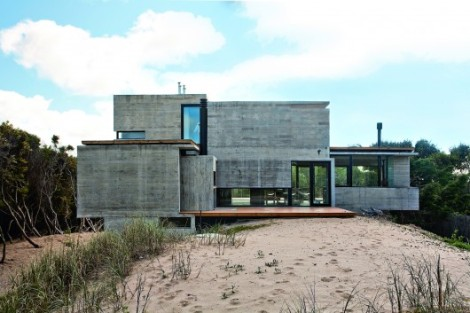 529d34bbe8e44e0120000041_house-on-the-beach-bak-architects_00265422-530x353