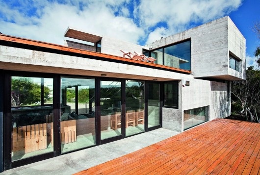 529d3528e8e44e553d00003f_house-on-the-beach-bak-architects_00265429-530x357