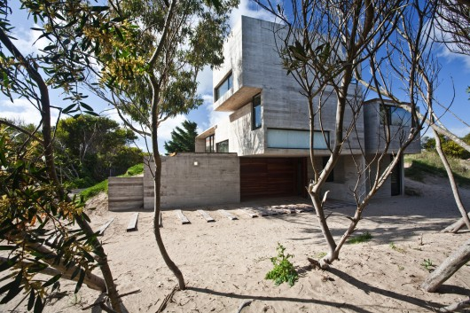529d360ae8e44e553d000043_house-on-the-beach-bak-architects_portada-530x353