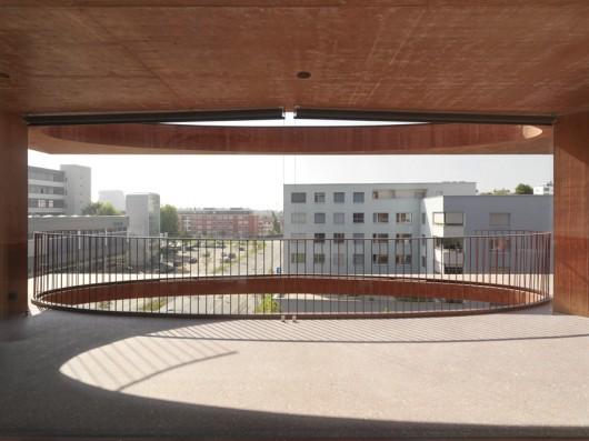 52d86a4ce8e44efb24000036_residential-building-zug-schleife-valerio-olgiati_7_zug_40-javiermiguelverme-530x397